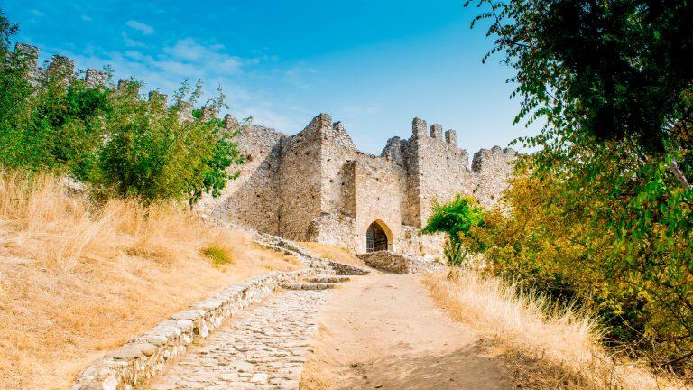 Пътеката, която води към входа на Замъка Платамон